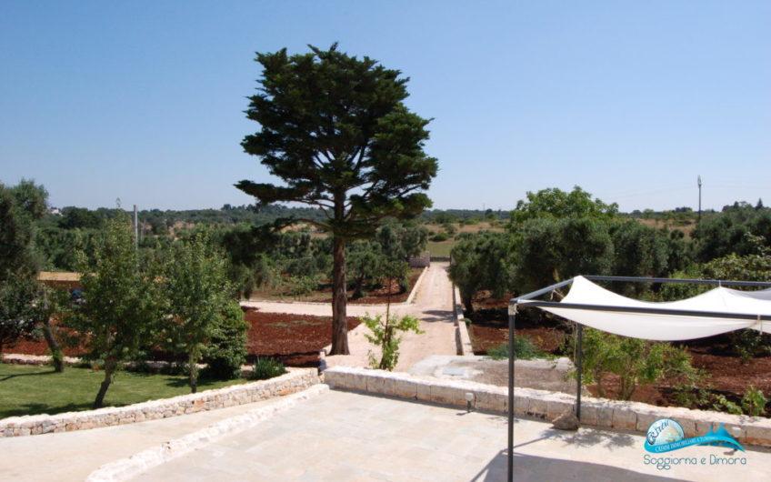 Complesso di trulli e lamie in posizione panoramica