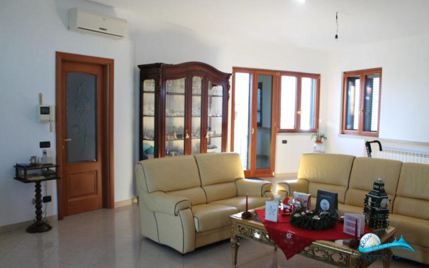 Splendida villa bifamiliare con 3 abitazioni e 2 garage