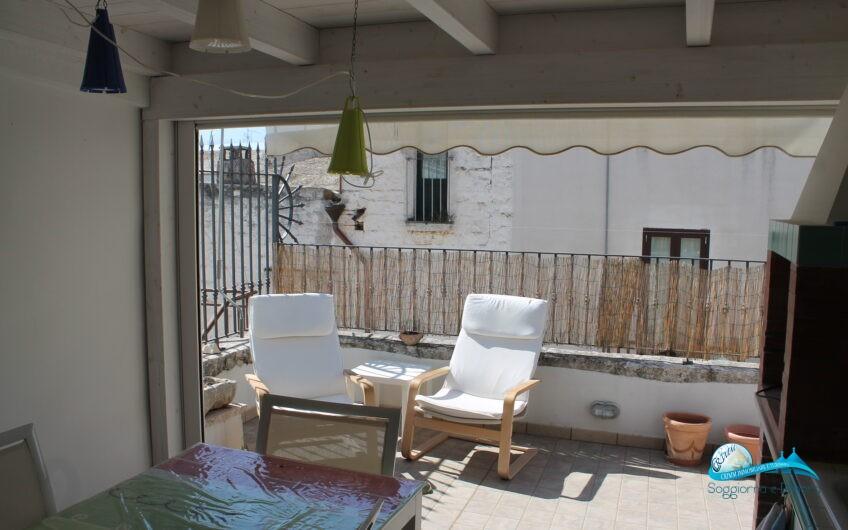 Casa in pietra in ottime condizioni con terrazzo attrezzato